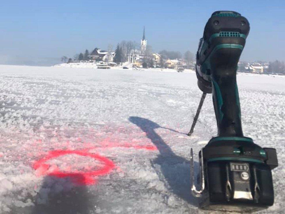 Měření ledu u Frymburka.