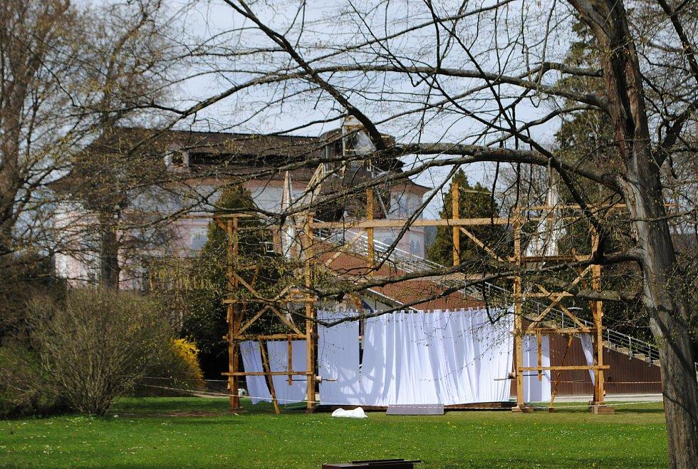 Krumlovská točna je v novém kabátě, v zahradě už rostou kulisy pro novou divadelní sezónu.