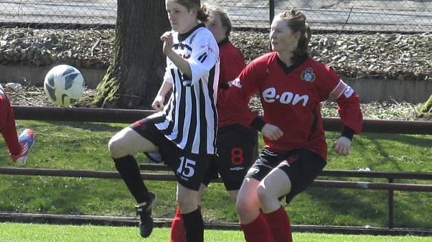 Dvakrát se do střelecké listiny zapsala kaplická útočnice Monika Pálková (vlevo), která v Mokrém svými góly orámovala vysokou výhru 6:0.