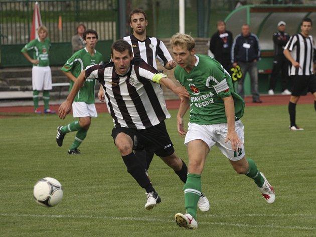 V divizní premiéře fotbalisté krumlovského Slavoje dvakrát srovnali náskok pražské Admiry, pak ještě za stavu 2:3 měl tutovku kapitán Michal Pliška (vpravo), ale nakonec vyšli naprázdno.