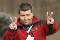 Výmluvným gestem ukazuje odcházející asistent Zdeněk Šváb mladší, jak dopadl jeho poslední domácí zápas na lavičce prvního týmu krumlovského Slavoje.