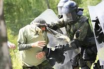 Vojáci se uči, jak vyzrát na Albánce.