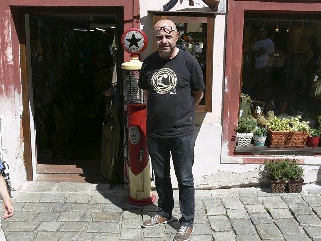 Miloslav Fouček před Army shopem.