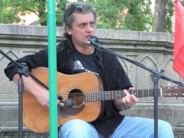 Slávek Hanzlík koncertoval na hornoplánském náměstí.