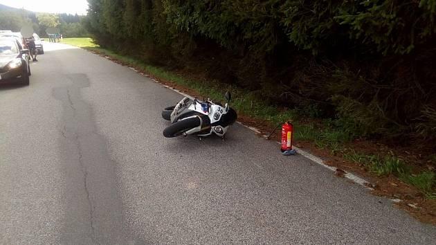 Motorkář havaroval u Přední Výtoně a vážně se zranil.
