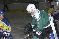 Hned trojlístek krumlovských hokejistů v utkání s Radouní zaznamenal po dvou gólech. Jedním z nich byl mladý Josef Svěchota (vpravo, na snímku z předchozího utkání s Veselím).