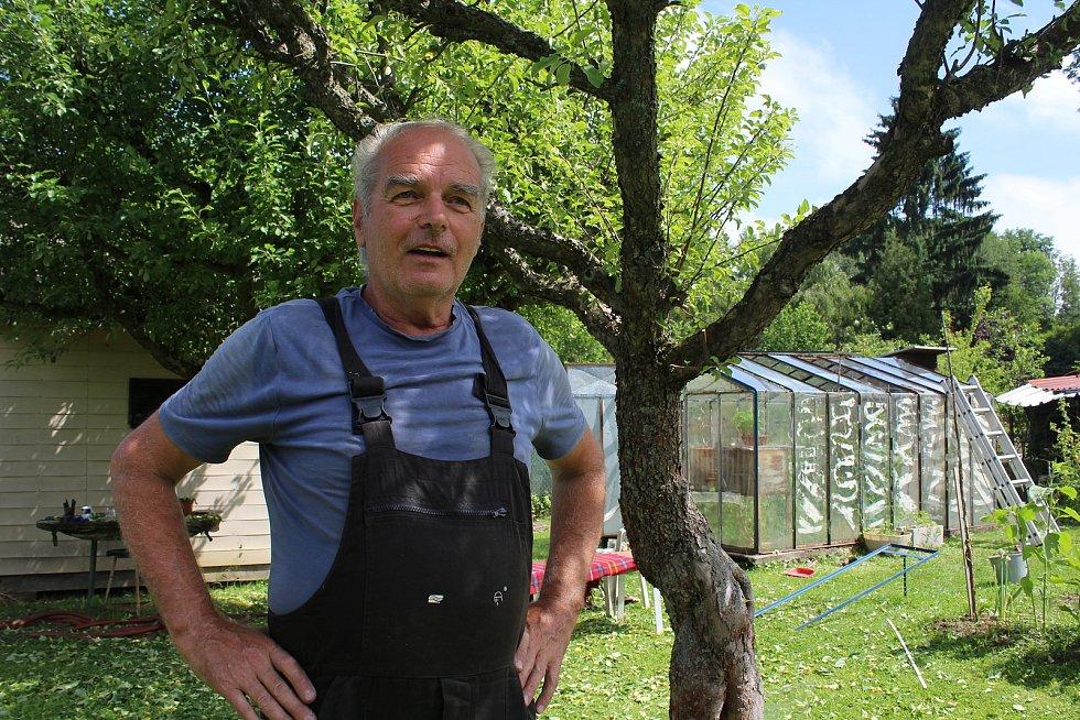 Josef Vrba na své zahradě.