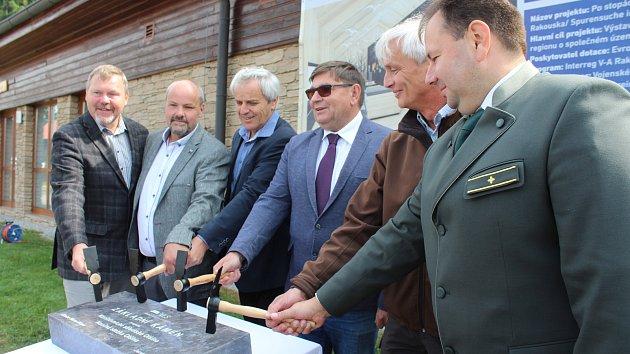 Základní kámen pro stavbu návštěvnického centra a stezky Olšina je položen