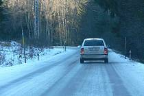 Silnice mohou být, zvláště ve vyšších polohách a ve stínu, místy zrádné. Takto se jezdí na pravém břehu Lipna mezi Přední Výtoní a Novými domky.
