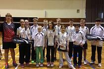 Premiérový díl krajského přeboru družstev kategorie žactva podle očekávaní ovládli žáci SK Badminton Český Krumlov (na společném snímku členů všech tří družstev), kteří obsadili kompletní stupně vítězů.