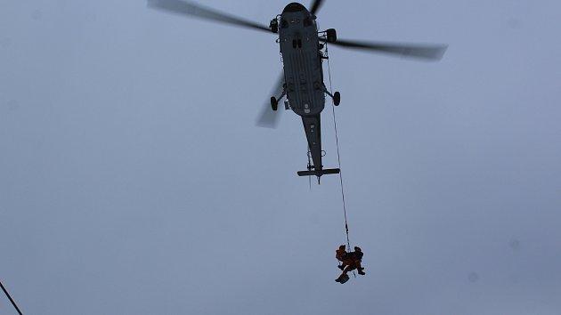 Společné cvičení hasičů a vojáků při záchraně osob z lanovky na Lipně