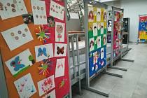 Děti z klubu Vyšehrad vystavují své práce ve vestibulu městského úřadu.