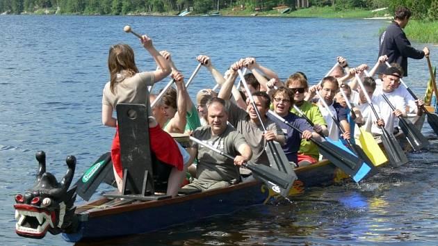 Dvacet veslařů v každé lodi, bubeník udávající rytmus a kormidelník, k tomu halasný pokřik fandů z břehu. Tak vypadal nultý ročník závodů takzvaných Dračích lodí.
