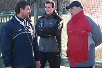 Kaplický trenér Ladislav Kaločai (vpravo) si pochvaluje i návrat zkušeného Milana Vošického (vlevo, uprostřed momentálně zraněný Pavel Koclíř) na fotbalové trávníky.