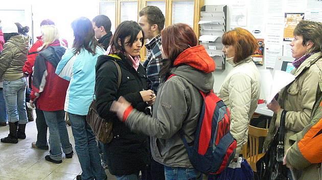 Pracovníci českokrumlovského úřadu práce dostávali včera dopoledne docela zabrat. Zaměstnání přišla hledat velká spousta lidí.