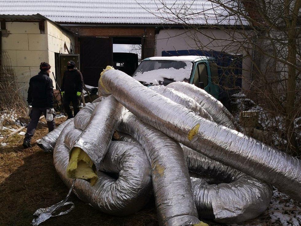 Policisté v zemědělské usedlosti v jedné obci nedaleko Českého Krumlova odhalili pěstírnu konopí.