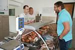 V nové prodejně čerstvých ryb v Českém Krumlově vás přivítají Jiří Ira a Filip Závitkovský.