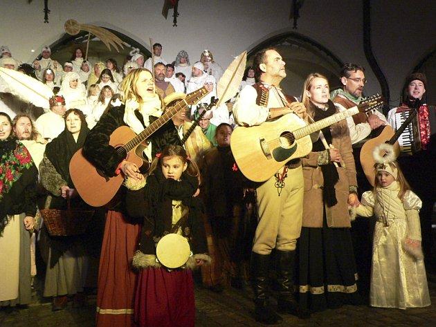 Účinkující v živém betlému lidem hráli a zpívali koledy a diváci se s chutí přidali.