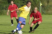 Hlavním strůjcem vítězství domácích byl zkušený křemežský hráč Luděk Edelman (u míče, na snímku před větřínským Jakubem Duškem), který dvě branky ze standardních situací vstřelil a na třetí pak Matějkovi přihrál.
