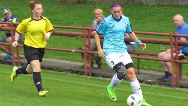 Veronika Jedličková (u míče) se po zranění vrací do dřívější formy. Na hřišti domažlické Jiskry zařídila vítěznou trefu.