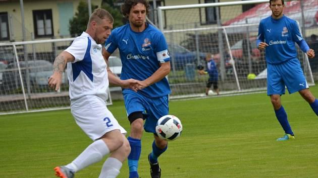 K velkému loučovickému obratu zavelel už dvě minuty po změně stran Jan Zbořil (vlevo u míče v souboji s frymburským kapitánem Janem Šislerem).