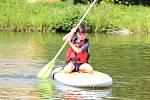 Paddleboarding na Hornobránském rybníku v Českém Krumlově.