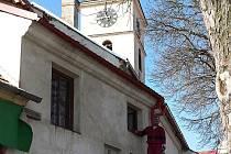 Ač objekt kostela sv. Filipa a Jakuba ve Velešíně již neslouží svému původnímu účelu, neboť v něm Velešínští chtějí vytvořit kulturní a informační centrum, čilý stavební ruch vládne i tady.