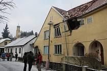 Pět bytů z okolí místa výbuchu je určeno k demolici. Zraněná žena leží v krajské nekocnici. Její stav je vážný, ale stabilizovaný.