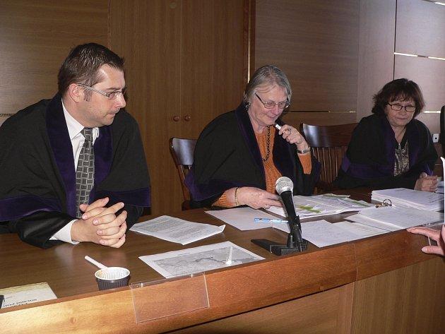 Krajští soudci se zabývají případem voleb v Přední Výtoni.