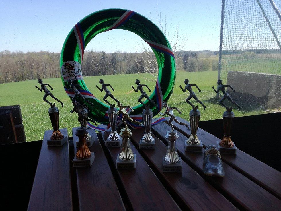 Trofeje připravené pro vítěze běhu.