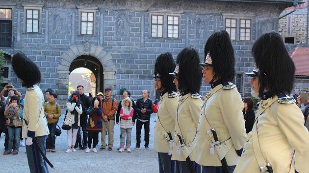 Granátníci zahájili krumlovské Svatováclavské slavnosti