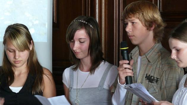 Žáci HS Ulrichsbergu a ZŠ Horní Planá neměli při prezentaci ve slavnostním sále vídeňského ministerstva školství s dorozumíváním problém.