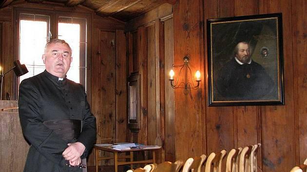 """""""Toto dřevo je staré pět set let,"""" řekl farář Václav Pícha a poklepal na stěnu. Na snímku stojí těsně před arkýřem (zvenku fotografovaným vpravo), hlavním poznávacím znamení Kaplanky."""