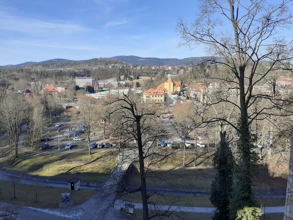 Český Krumlov ještě před uzavřením okresů. Téměř jarní počasí přilákalo do města výletníky.