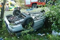 Auto se při nehodě obrátilo na střechu.