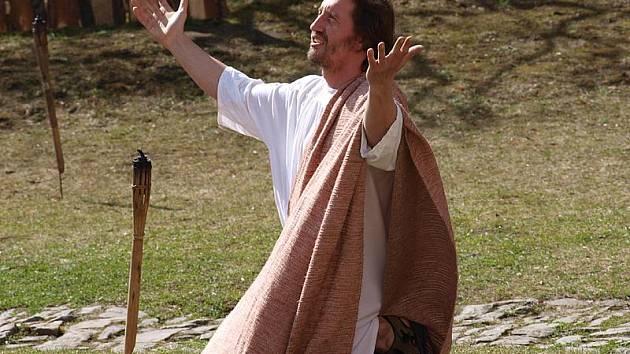 Ochotníci z Hořic na Šumavě sehráli v neděli příběh o ukřižování Ježíše Krista v Českém Krumlově.