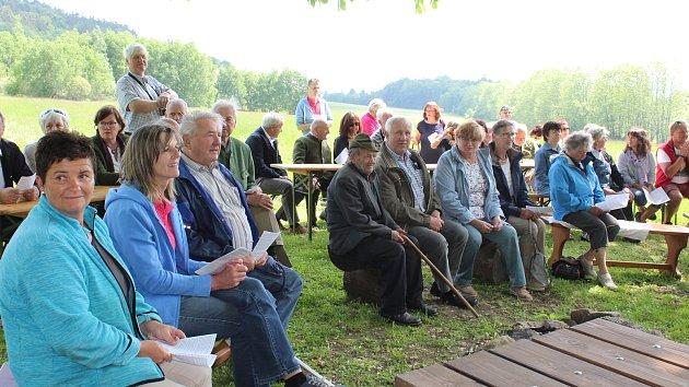 Májová německá pobožnost pod kaštany u kaple ve Staré Huti