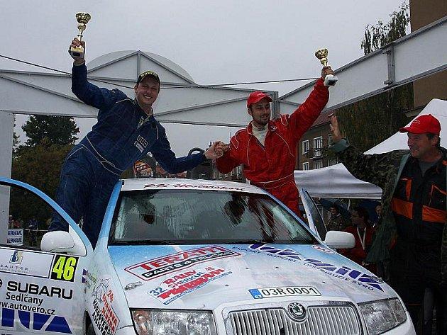 Josef Koupal s Pavlem Kacerovským (na snímku po dojezdu na cílovou rampu Rally Příbram) se po odstoupení dvou soupeřů v úvodu závěrečné sekce soutěže dostali do vedení a svůj první společný start ozdobili vítězstvím ve třídě A5.