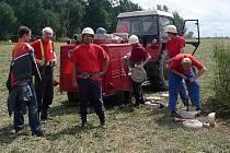 Část hasičů ze sboru v P. Svincích vloni na soutěži v Dolním Třeboníně. Hasičské sportovní družstvo značně omladilo, tak snad hasičská tradice na Svinensku nezanikne.