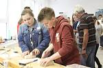 S obory truhlář a kuchař-číšník se seznamovali osmáci z krumlovské ZŠ Za Nádražím a ze školy v německém Hauzenbergu.