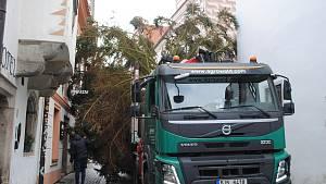Instalace vánočního stromu v Českém Krumlově