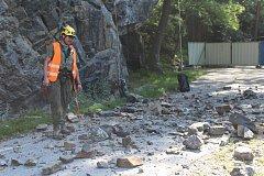 Radek Holeček s kolegy zkusmo do skály dloubl pajsrem a silnici pod skálou zasypalo kamení.
