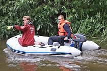 Řeku prohledávají potápěči s člunem, policisté svolaní z obvodních oddělení v regionu postupují po březích.