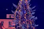 2. Vánoční strom před křemežskou radnicí.