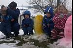 Dřevěné velikonoční zajíce a pro děti kraslice ze sněhu vytvořil Stanislav Špaček z Přísečné.