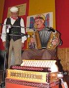 Dvaadevadesátiletý Jan Komenda každoročně vzpomíná na své strýčky v Besednicích.
