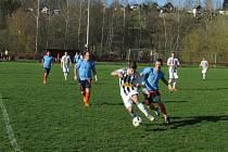 Kaplický Spartak se doma rozešel smírně s Olešnicí po výsledku 2:2 (u míče František Marek před hostujícím Hanzalem).