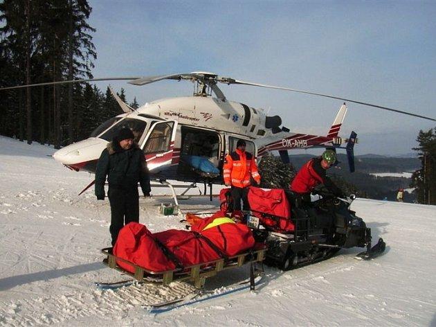 Sedmdesátiletou lyžařku, která si v neděli v Kramolíně zlomila nohu, ošetřila horská služba.
