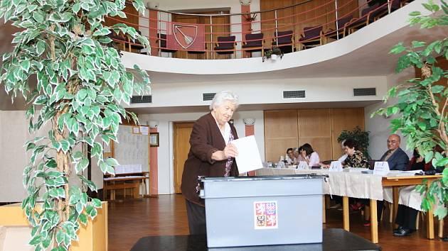 Jako první přišla v Křemži volit dvaaosmdesátiletá Marie Žáková.