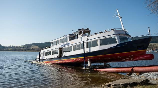 Přesun lodi Adalbert Stifter ze souše na vodní hladinu.